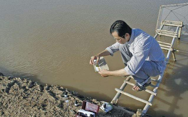 Kiểm tra nước ao nuôi tôm Ảnh: PTC